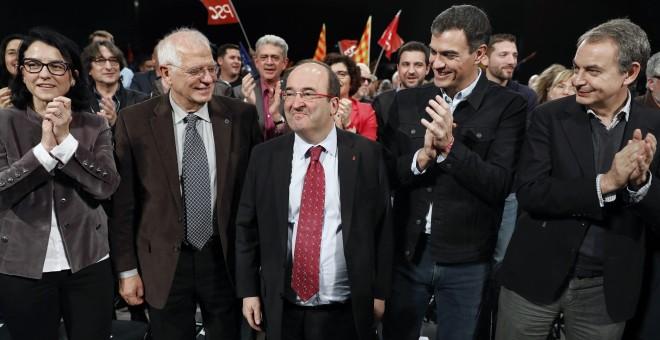 El candidato del PSC a la presidencia de la Generalitat, Miquel Iceta (c), acompañado del secretario general del PSOE, Pedro Sánchez (2d), el expresidente del Gobierno José Luis Rodríguez Zapatero (d), el expresidente del Parlamento Europeo Josep Borrell