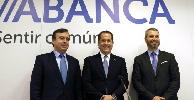 El presidente de Abanca, Juan Carlos Escotet, flanqueado por el consejero delegado de la entidad, Francisco Botas (i), y el director financiero, Alberto de Francisco (d). EFE