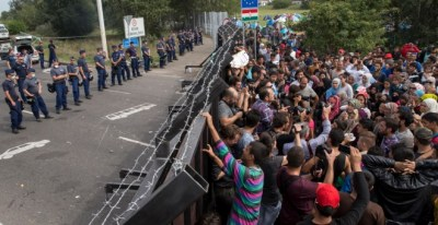 Los refugiados se agolpan ante la frontera húngara esperando para entrar en territorio de la UE, en una imagen de verano de 2015. REUTERS