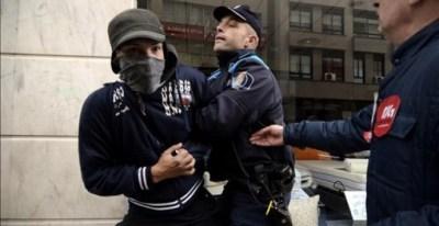Un policía local reduce a un joven integrante de un piquete informativo en Ourense. EFE