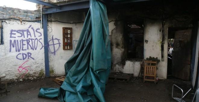 Pintada amenaçant dins de l'Ateneu Popular de Sarrià, que ha patit un incendia aquesta matinada. @AP Sarrià