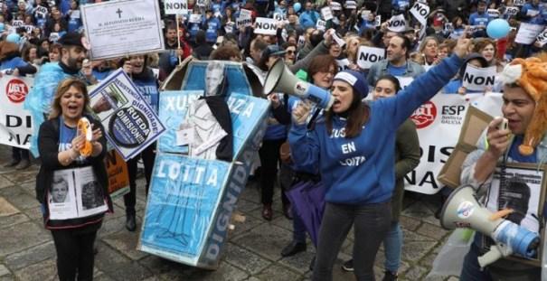 Los sindicatos de la Administración de Justicia de Galicia en la manifestación del sábado por las calles de Santiago de Compostela. EFE/Xoán Rey.