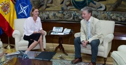 El alcalde de Zaragoza, Pedro Santisteve, con la ministra de Defensa, María Dolores de Cospedal.