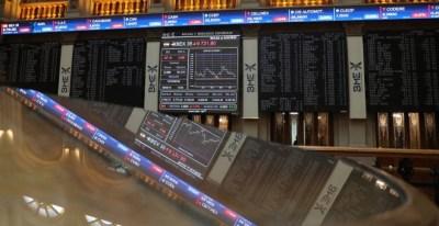 Los paneles informativos de la Bolsa de Madrid, con la evolución del principal indicador, el Ibex 35. EFE/ J.J.Guillen