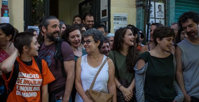 Vecinos y activistas celebran el aplazamiento del desahucio de Josefa Santiago en el portal de la calle Argumosa, 11 de Madrid.- JAIRO VARGAS