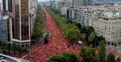 Vista aèria de la Diagonal de Barcelona, poc abans de començar la manifestació independentista d'aquest diumenge. / EFE.