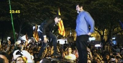 Momento en el que Jodi Sánchez y Jordi Cuixart se suben al jeep de la Guardia Civil aparcado ante la Consejería de Economía en Barcelona, el 20-S, para pedir calma a la multitud. MEDIAPRO