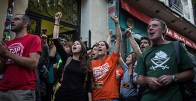 Activistas por el derecho a la vivienda intentan paralizar el desahucio de Pepi, una viuda de 65 años, y sus dos hijas, en el barrio de Lavapiés, Madrid.- JAIRO VARGAS