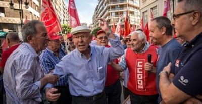 Pensionistas y jubilados en Valencia exigen un pacto de Estado que garantice el futuro de las pensiones. Los sindicatos UGT y CCOO han convocado concentraciones en más de 50 ciudades. / EFE - BIEL ALIÑO
