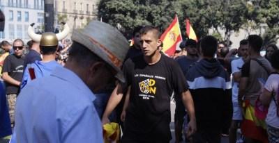 Imagen de algunos participantes en la manifestación convocada por Jusapol en Barcelona en el aniversario del 1-O que terminó en enfrentamientos violentos. Democracia Nacional es un partido ultraderechista. PORTUARISCNT