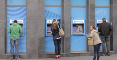 Varios usuarios retiran dinero en efectivo de cajeros automáticos   EFE