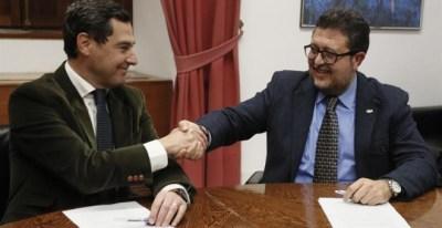 El presidente del PP-A, Juanma Moreno, estrecha la mano con el líder andaluz de Vox, Francisco Serrano. - EFE