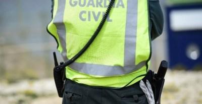 La Guardia Civil trata de esclarecer los motivos del accidente y si pudiera estar implicado un ultraligero, que ha aterrizado sin problemas./EFE