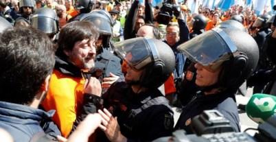 El diputado de Podemos, Rafa Mayoral (2i), conversa con agentes de Policía, durante la concentración de trabajadores de Alcoa. /EFE