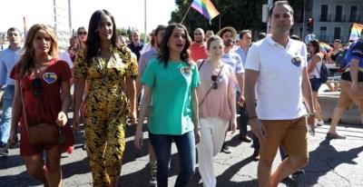 La portavoz de Ciudadanos, Inés Arrimadas, junto al líder de Cs en la Comunidad de Madrid, Ignacio Aguado, y la vicealcaldesa de Madrid, Begoña Villacís, participan en la manifestación del Orgullo 2019 (Jj Guillén / EFE)