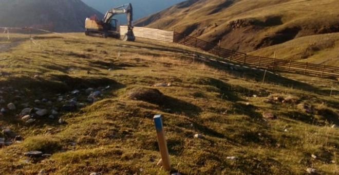 El inicio de las obras provocó un amago de crisis en el Gobierno de Aragón por la oposición de Podemos y Cha al proyecto de la estación de esquí. / Plataforma de Defensa de las Montañas
