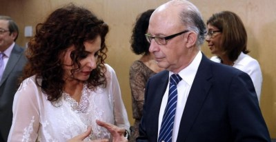 El ministro de Hacienda de Rajoy, Cristóbal Montoro, y la responsable de la cartera con Sánchez, María Jesús Montero.   EFE