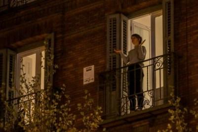 Mujer aplude en el balcón durante el confinamiento. Ricardo Rubio / Europa Press