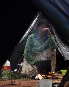 Una mujer en un campamento en Asunción, Paraguay. - AFP
