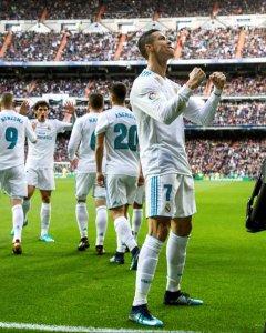 Cristiano Ronaldo celebra con su gol marcado ante el Sevilla durante el partido correspondiente a la decimoquinta jornada de la Liga Santander. EFE/Rodrigo Jimenez