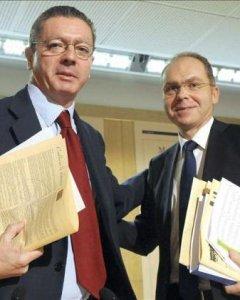 Juan Bravo, cuando era delegado de Hacienda del Ayuntamiento, con el entonces alcalde de Madrid, Alberto Ruiz-Gallardón. EFE