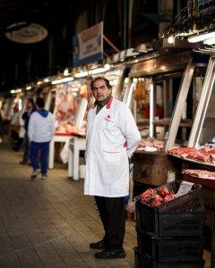 Un carnicero espera que lleguen clientes, delante de su puesto en un mercado en Atenas. REUTERS/Alkis Konstantinidis