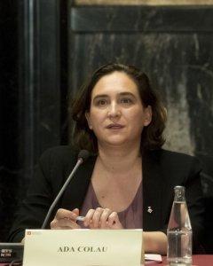 La alcaldesa de Barcelona, Ada Colau, durante la reunión que ha mantenido con los cónsules de los países de la Unión Europea,a los que ha convocado para 'reflexionar' sobre los hechos ocurridos el 1-O en Cataluña y 'los posibles escenarios que se abren a