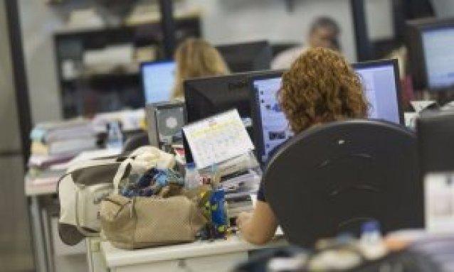 Una mujer trabajando en una oficina. EFE/Archivo.