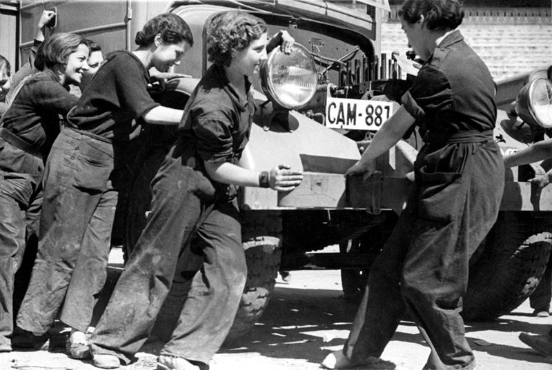 Foto: Mujeres de la época que trabajaban como mecánicas. CNT
