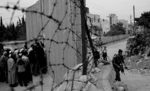 Abu Dis checkpoint, East Jerusalem (Palestine on the left) © Kashfi Halford | Flickr