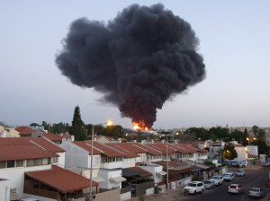Burning factory in Sderot, Israel, which was hit by a rocket from Gaza, June 28, 2014 © Natan Flayer | Wikimedia Commons