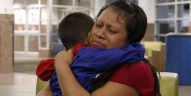 Eine Mutter kann ihren Sohn wieder in den Arm nehmen, nachdem sie für mehr als sechs Wochen getrennt worden waren, als sie in die USA flüchteten (Foto: pa/ap/The El Paso Times/Ruben R. Ramirez)