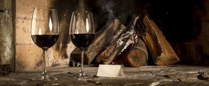 Copas de vino en el hogar. Escriba su mensaje.