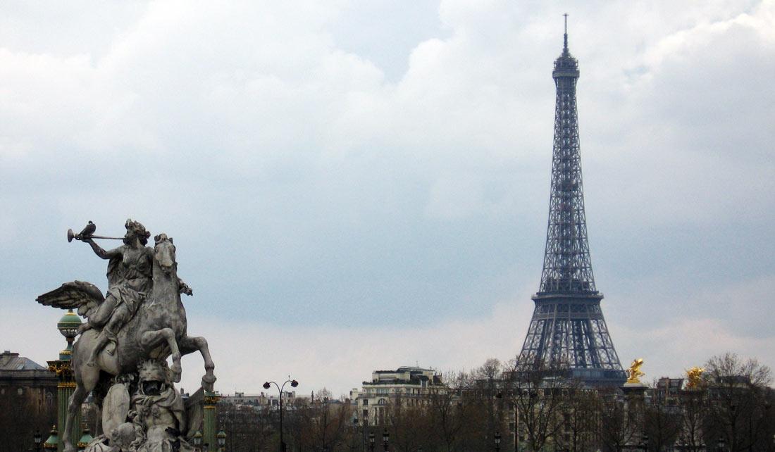 La Torre Eiffel de fondo