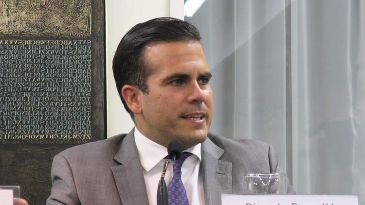 Gobernador de P.Rico revela aún hay 30.000 techos de plástico desde huracán