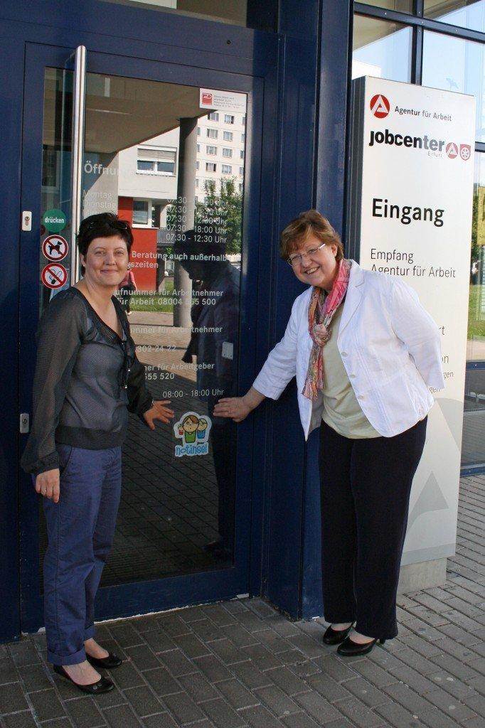 """Einweihung brachten Manuela Liebsch-Brück (v.l.) vom Kinderschutzdienst """"Haut-Nah"""" und Beatrice Ströhl, Vorsitzende der Geschäftsführung der Agentur für Arbeit Erfurt, den """"Notinsel""""-Aufkleber an der Eingangstür an."""