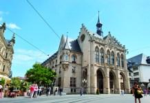 Der Erfurter Fischmarkt mit dem Rathaus.