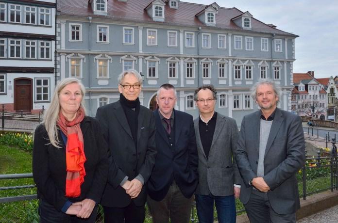 v.l. Prof. Dr. Iris Schröder, Prof. Dr. Walter Bauer-Wabnegg, Rolf Ferdinand Schmalbrock, Prof. Dr. Markus Meumann und Prof. Dr. Martin Mulsow vor dem Landschaftshaus in Gotha