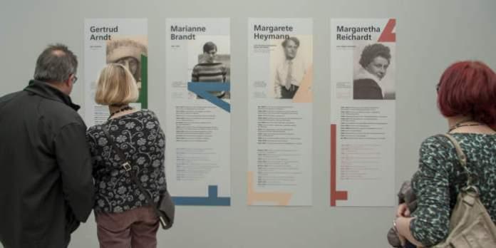 """Kuratorenführung durch die """"Bauhausmädels""""-Ausstellung im Angermuseum"""