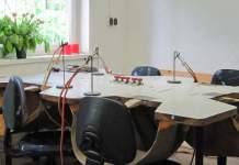 Ein Tisch mit verschiedenen Werkzeugen