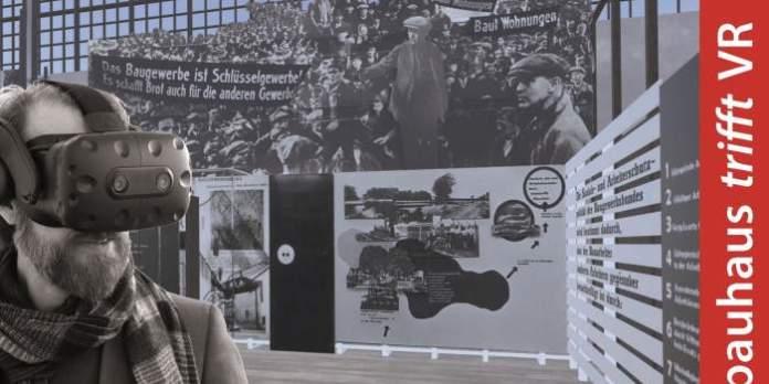 Ein Mann mit Virtueller Reality-Brille in einer Ausstellung