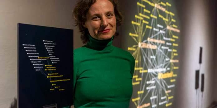 Eine Frau zwischen zwei Installationen
