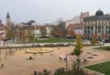 Erfurter Parkanlage im Herbst, im Zentrum der Spielplatz