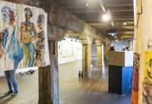Ausstellungsraum mit Bildern