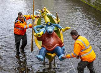 Die Figuren von Käpt'n Blaubär und Hein Blöd werden von zwei Arbeiten in einem Boot im Wasser befestigt.