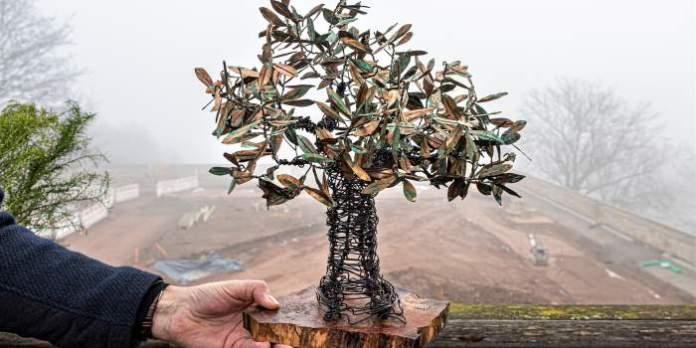 Ein Drahtgestell eines Baumes