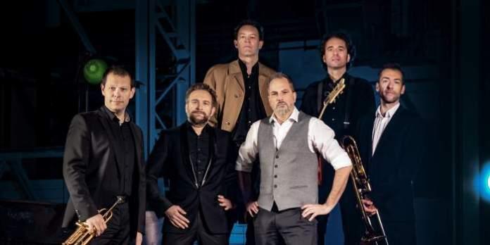 Die Band präsentiert das Lied