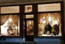 Schaufenster in beleuchtetes und belebtes Ladengeschäft