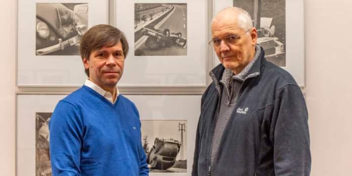 Zwei Herren in einer Ausstellung