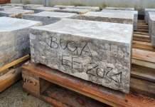 Große Gesteinsbrocken stapeln sich auf Paletten